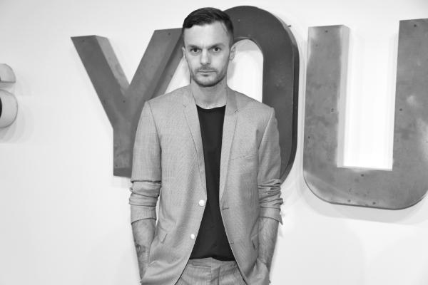 10 Le directeur artistique de la maison Dior Hommes Kris van Assche devant une oeuvre de Jack Pierson
