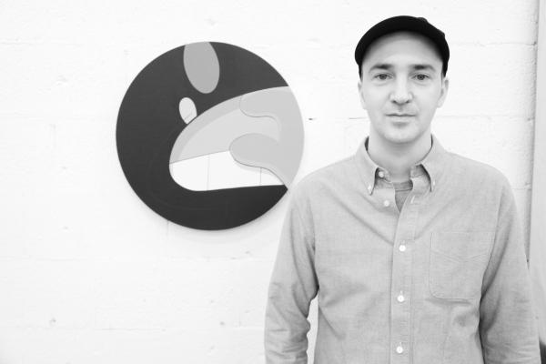 15 L'artiste KAWS devant une de ses piecesl