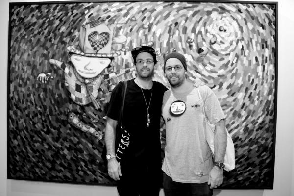 15 les artistes bresileiens Os Gêmeos devant leur toile