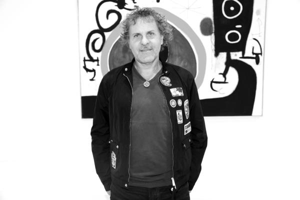 17 Le Designer de Diesel Renzo Rosso devant une oeuvre de Miro