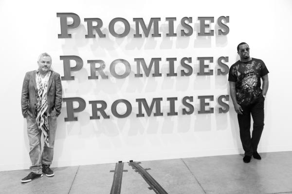 2 le producteur Nellee Hooper et Sean Combes aka P. Diddy devant une oeuvre de Brett Muray