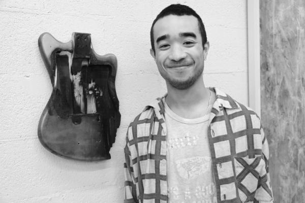 22L'artiste Lucien Smith devant un de ses travaux