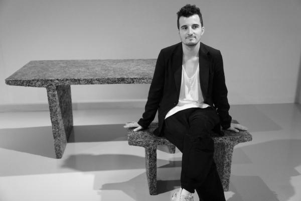 9 Le jeune designer Jens Praet assis sur l'une de ses creations